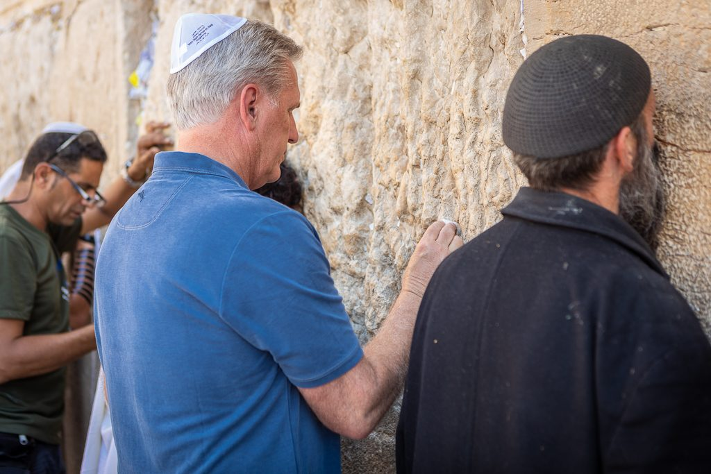 Kevin McCarthy says a prayer at the Western Wall in Jerusalem